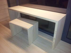 Tisch und Hocker aus astreiner Weißtanne-Massivholzplatte